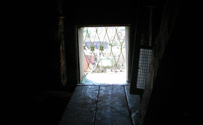 Двері-вікно котрі ведуть на оглядовий майданчик Вежі Корнякта
