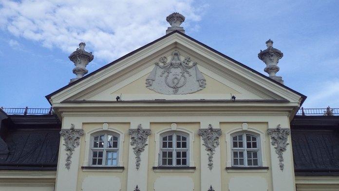 Родовий герб графів Шептицьких на фронтоні митрополичого палацу при соборі святого Юра у Львові