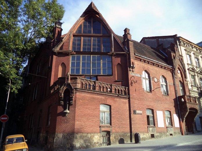 Будинок Мистецької школи Олекси Новаківського, де зараз знаходиться Художньо-меморіальний музей, на вулиці Листопадового Чину у Львові
