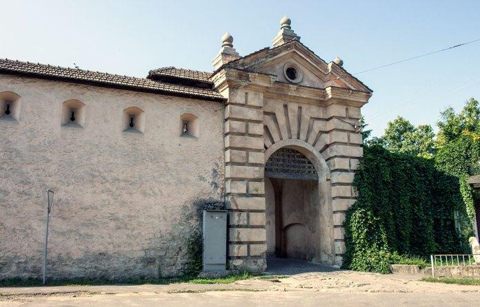 Фраґмент оборонного муру між замком і Звіринецькою брамою реконструйований 1994 р.