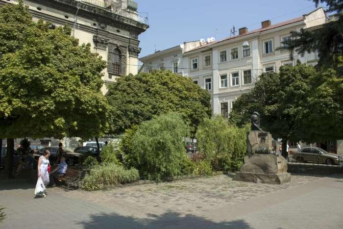Сучасна площа Святого Духа у Львові, до кінця XVIII сторіччя на цьому місці знаходився однойменний костел із давнім шпиталем. Фото 2015 року