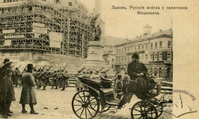 На площі Маріацькій марширують російські піхотинці.