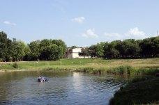 """Озеро в парку """"Горіховий гай"""" у Львові, фото 2015 року"""