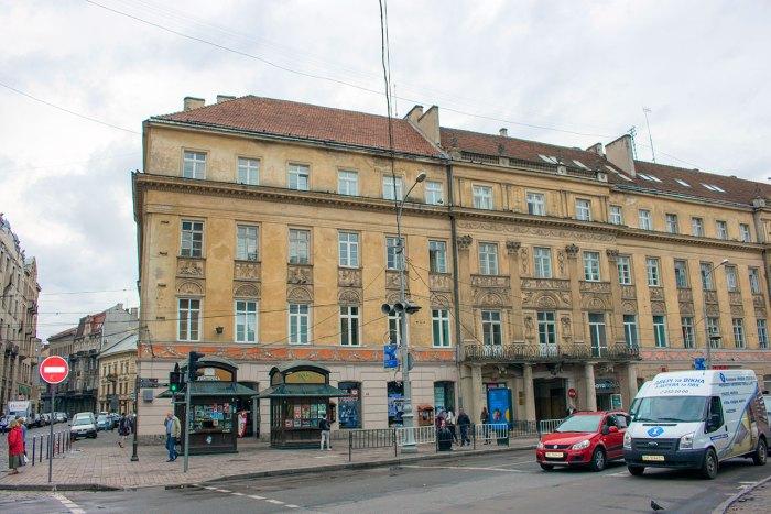 Будинок Гаусснера на розі Коперника-пр-ту Свободи у Львові. На цьому місці стояв маєток Коссаковської. Фото 2015 року