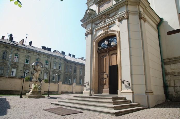 Статуя святого Антонія (XVIII століття) та вхід у костел
