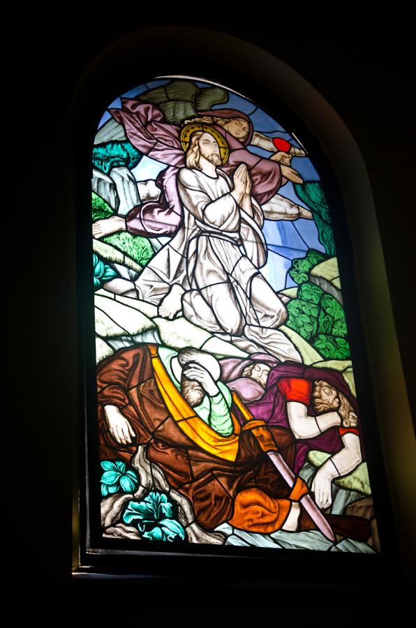 Вітраж у каплиці Ісуса Розп'ятого