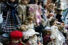 Колекція порцелянових ляльок.