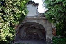 Ґрот верхньої тераси митрополичих барокових садів.