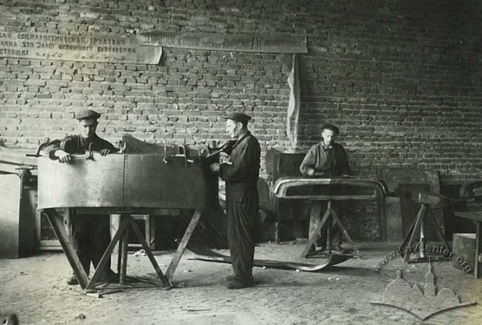 Львівський завод автонавантажувачів. Виробничий процес на заводі, фото 1948-1949 років