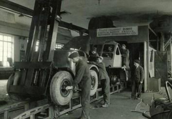 Львівський завод автонавантажувачів. Конвеєрне виробництво на заводі, фото 1950 року