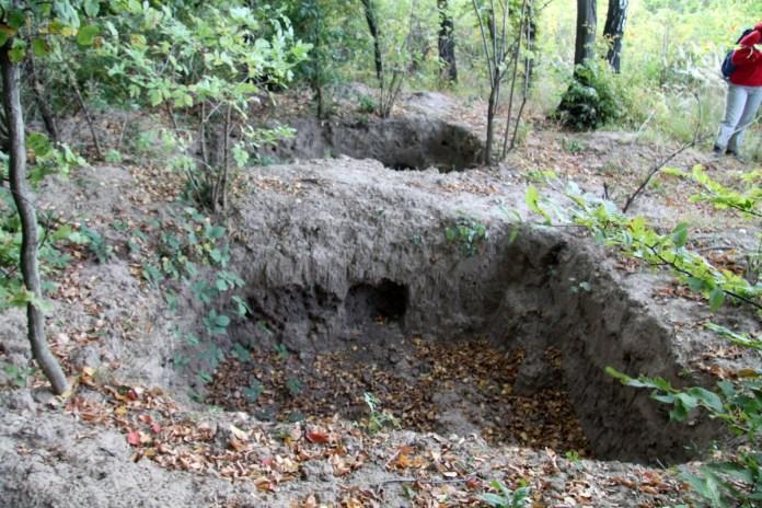 Фото знищених у 2011 році курганів.