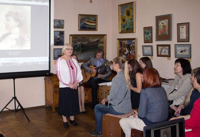 Завідувач художньо-меморіального музею Олени Кульчицької Любов Кость розповідає про мисткиню