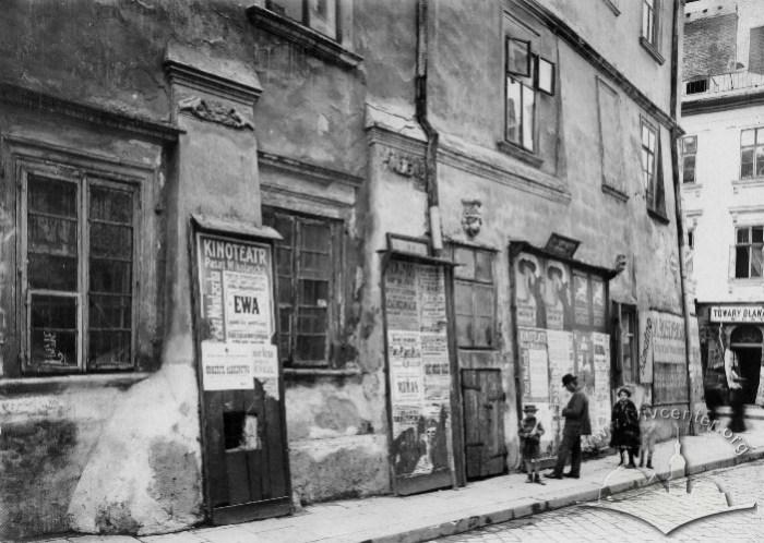 Рекламний шит на старому львівському будинку