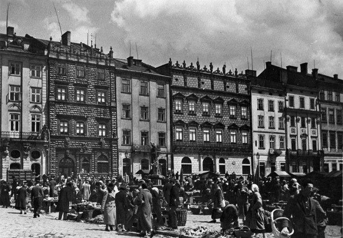 Львів, площа Ринок, Королівська кам'яниця, 1942. Фото А. Ленкевич