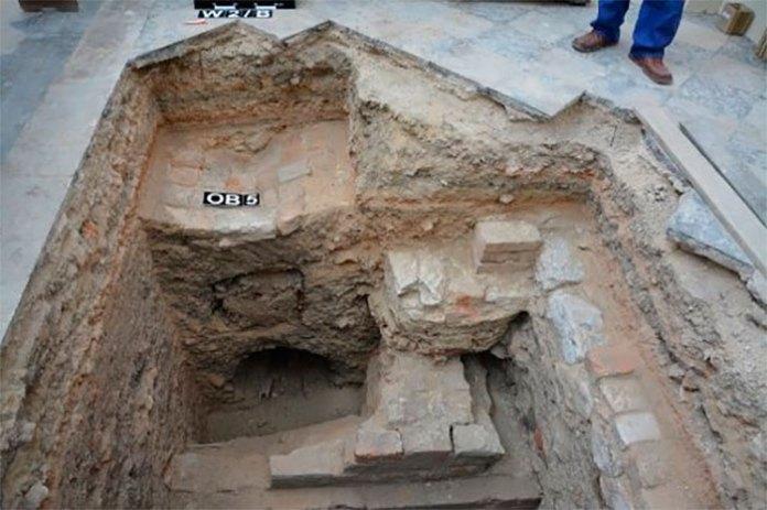 Кам'яний саркофаг у формі човна, який був накритий дерев'яною дошкою, що був знайдений у катедральній церкві Пресвятої Богородиці, збудованої в м. Холм королем Данилом Галицьким.