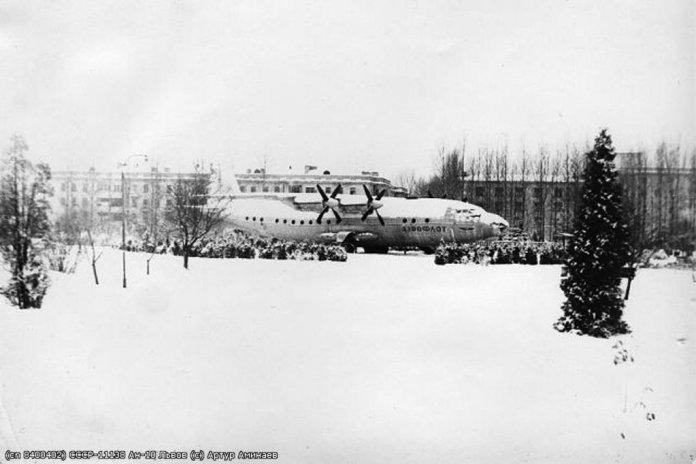 """Кінотеатр """"Літак"""" у Львові в парку «Боднарівка», фото 70-их років ХХ століття, автор Артур Амінаєв"""