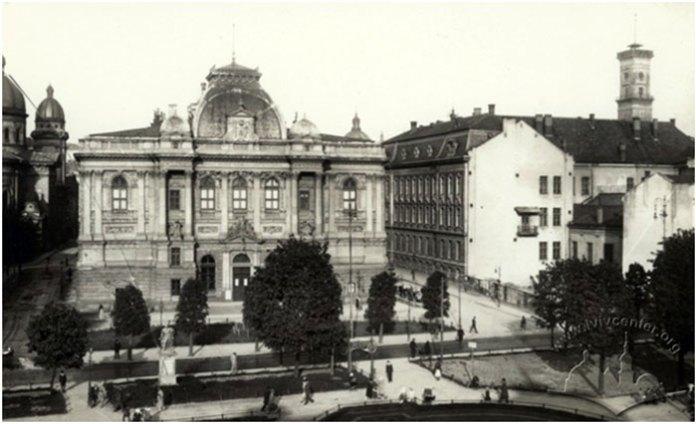 Пам'ятник гетьману Станіславу Яблоновському на фоні Національного Музею, 1930-1932 рр.
