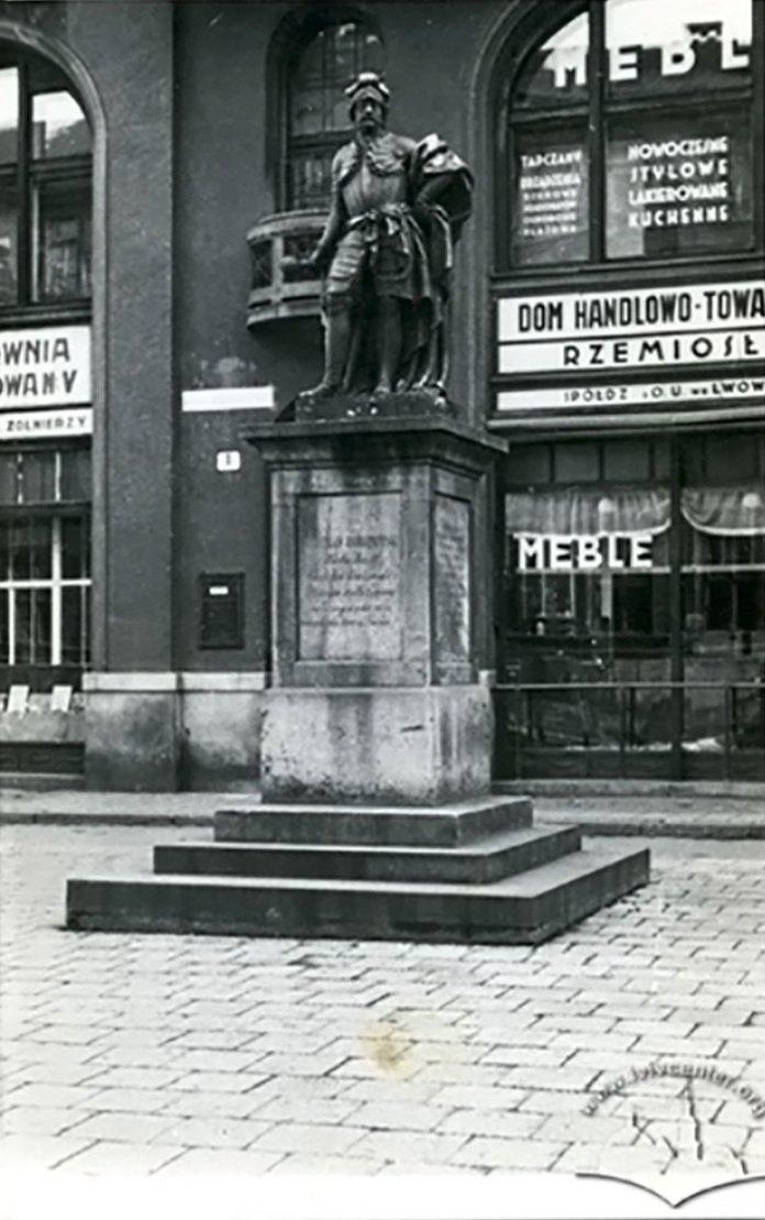Пам'ятник Станіславу Яблоновському на сучасній Площі Яворського, 1933-1933 рр.