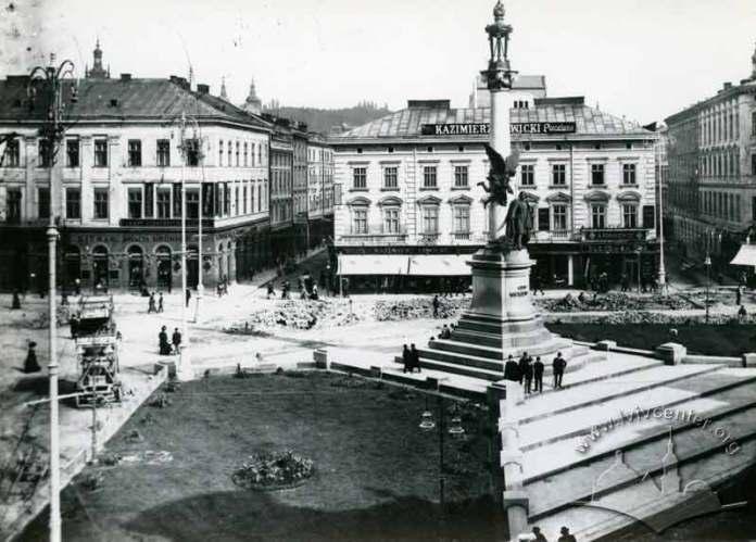 Авто на площі Міцкевича ймовірно є першими таксомобілями Львова. Фото 1907-1909 рр.