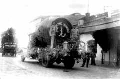 Вантажне авто Львівської пивоварні, що рекламує продукцію броварні. Фото 1921-1939 рр.