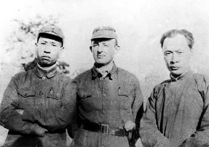 Якоб Розенфельд (у центрі) разом з Лю Шаоци (ліворуч) і Чень І (праворуч) (фото з сайту kackad.com)