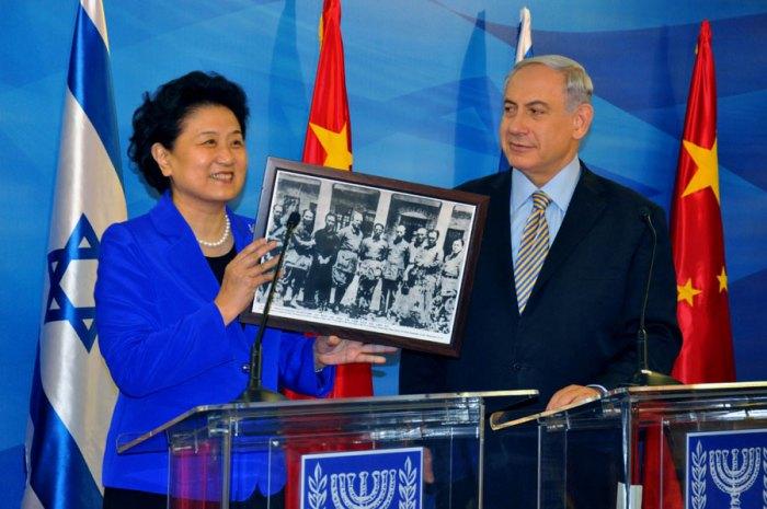 Китайський віце-прем'єр Лю Яньдун показує прем'єр-міністру Ізраїлю Біньямін Нетаньягу фото з батьком Лю і лікарем-євреєм Якобом Розенфельдом під час війни з Японією на спільній прес-конференції в канцелярії прем'єр-міністра в Єрусалимі, 19 травня 2014 (фото з сайту CRIENGLISH.com)