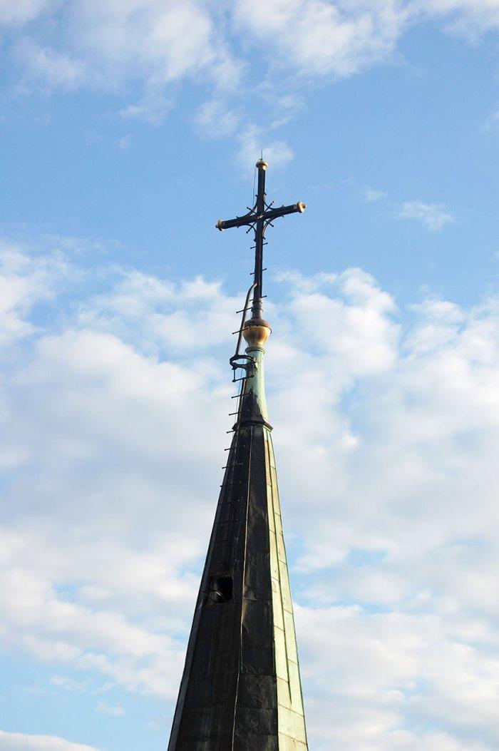 Хрест храму св. Ельжбєти у Львові, який був наново виготовлений на місце зрізаного у 1962 р.