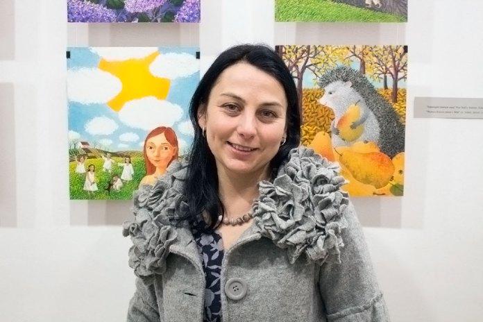 Художниця Ольга Кваша на відкритті своєї виставки «Їде грудень на коні»