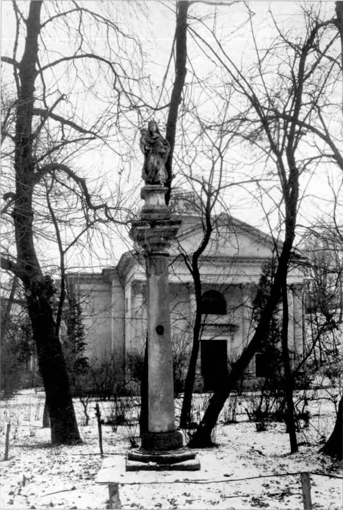 Фігура Матері Божої, що стояла перед будівлею бібліотеки Оссолінських (Стефаника) у Львові до Другої Світової війни. Фото 1920 року.
