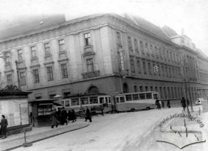 Будівля Головної пошти у Львові та трамвай, що курсував колись на цій частині вулиці Коперника. Фото 1950-1955 рр.