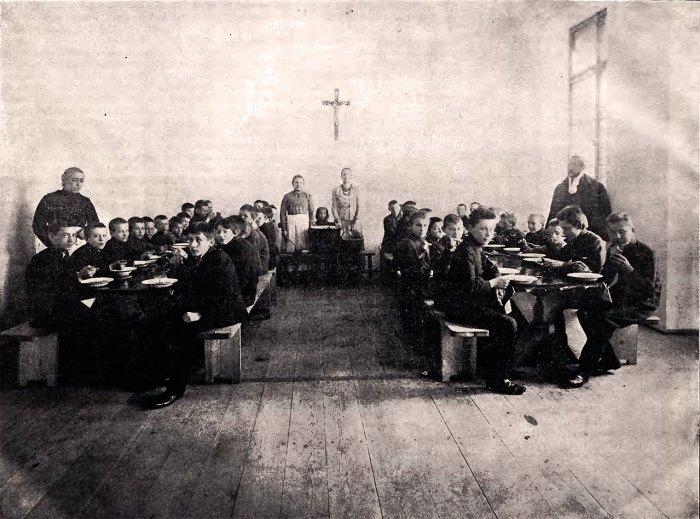 Дім ім. Тадеуша Костюшка. Молодь в їдальні під час обіду в присутності керівничого професора бурси, 1905 рік