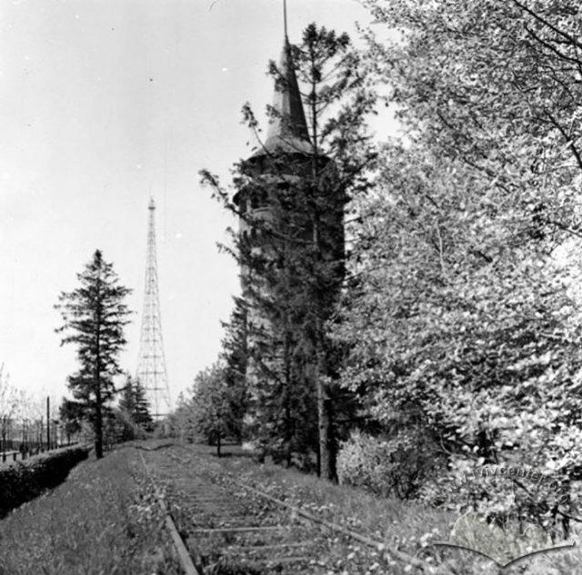 Колія Дитячої залізниці біля водонапірної вежі в Стрийському парку. Фото 1950-1960 років.