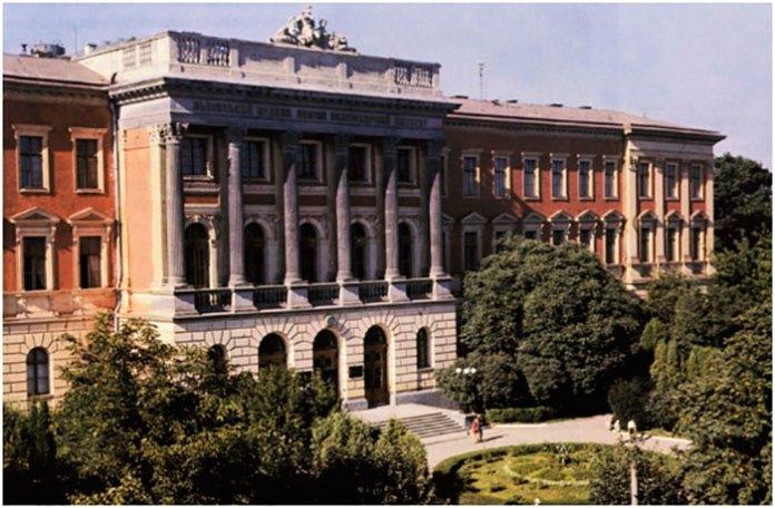 Сквер перед головним корпусом Львівського ордена Леніна Політехнічного інституту («Львівська Політехніка»). Фото 1970-1980-х років.