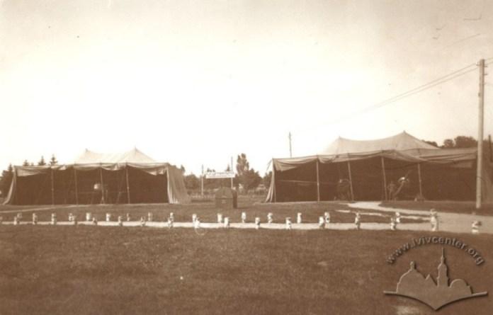 Військові літаки в брезентових наметах на Військовій виставці у Стрийському парку. Фото 1916-1918 рр