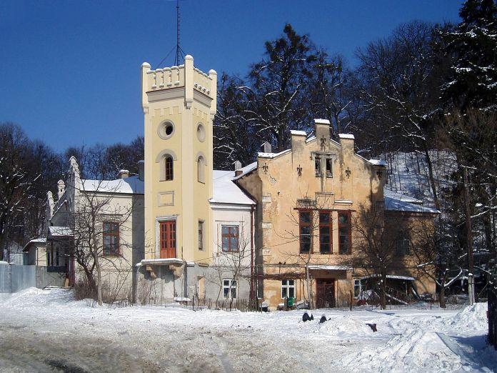 Вигляд будинку стрільниці перед відкриттям в ньому музею. Фото 2011 року. Взято з «Вікіпедії»
