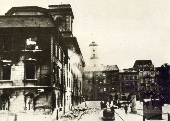 Будівлі вул. Театральної і площі Святого Духа (Івана Підкови) після бомбардувань 1941 року. Фото 1941 року