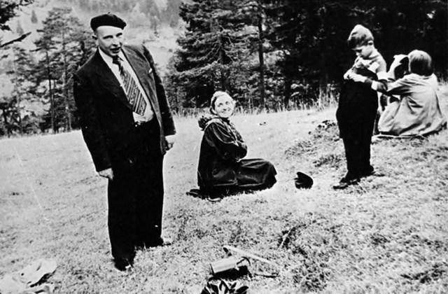 Степан Бандера з дружиною Ярославою на відпочинку.