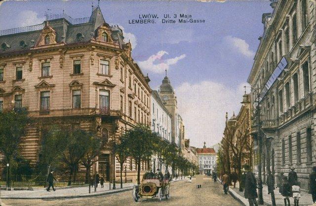 """Листівка  1916 року на якій зображено вул. Січових Стрільців. Ліворуч (далі) частково видно будівлю Рогатина (де, нині на першому поверсі знаходиться ресторан """"Пузата хата"""")."""
