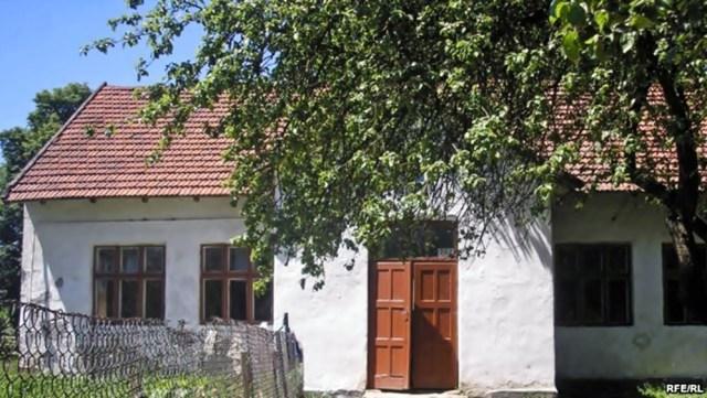 У школі села Сердиця (збудованої у 1830 році) почалися «університети» Івана Кураха. Фото з сайту radiosvoboda.org
