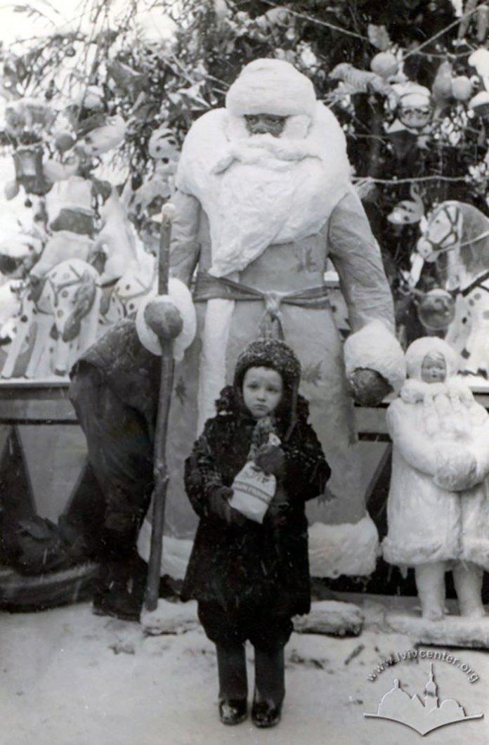 Дід Мороз та Снігуронька – неодмінні атрибути святкової ялинки радянських часів. Фото 1950-х років