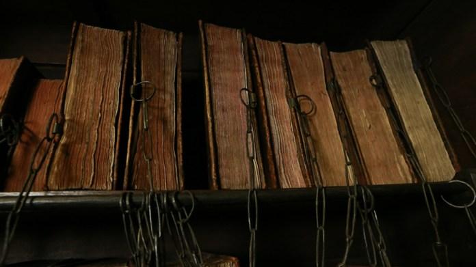 "Книги в ""наручниках"". Фото з http://morefactov.ru"