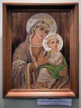 Експозмція виставки Галини Різничук «Мистецтво, що сяє золотом»
