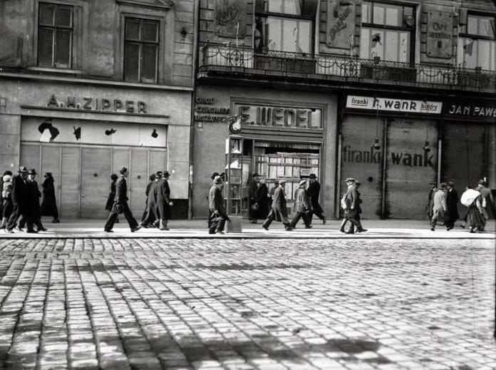 Побиті шибки крамничок на одній із вулиць Львова. Фото 14-17 квітня 1936 року
