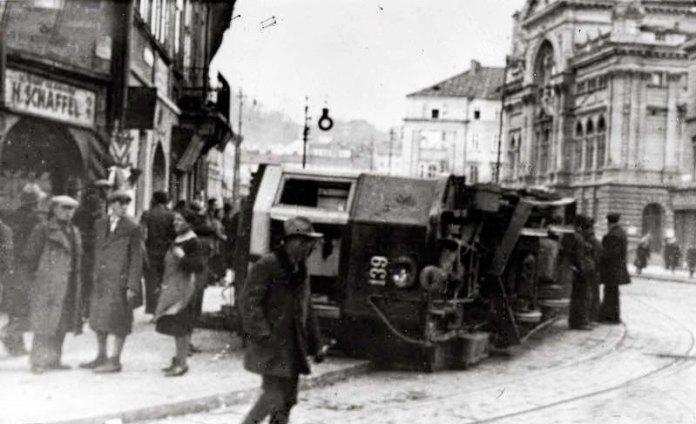 Перекинутий трамвай на розі вулиць Шпитальної та Городецької (Городоцька). Фото 16-17 квітня 1936 року