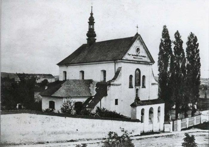 Костел Непорочного зачаття Діви Марії у Львові. На фотографії приблизно 1860-1870 рр. видно три дзвони (реквізовані під час Першої світової війни).