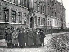 Група ветеранів біля школи імені Генрика Сенкевича, фото 1928 р.