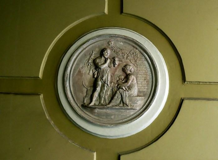 Медальйон з барельєфом на античний сюжет