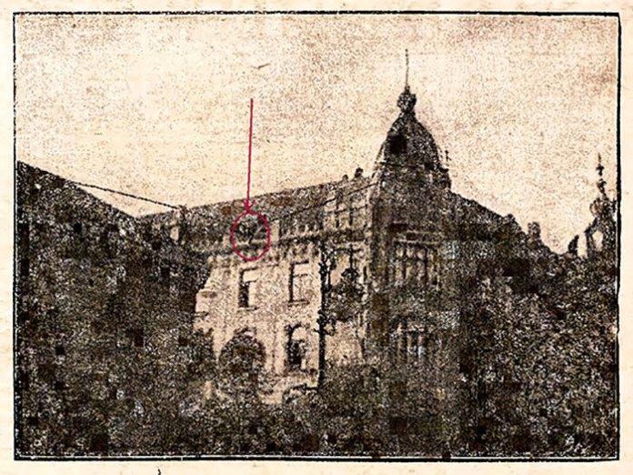 """Людина-муха"""" на линві між кам'яницями вулиці Академічної № 4 і 6 за кілька миттєвостей до трагічної смерті."""