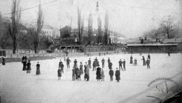 """Ковзанка на ставі Собка на Кастелівці. На фото помітно дерев'яні """"ходулі"""", які використовували новачки на ковзанах. Фото 1901 року"""