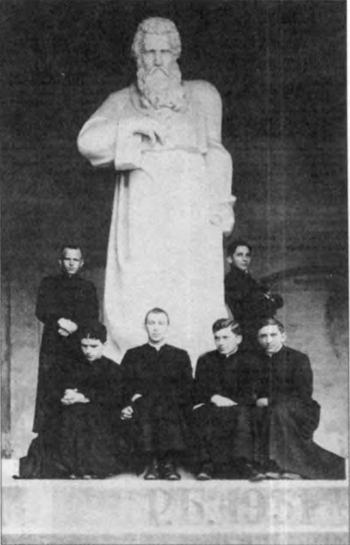 Семінаристи на фоні пам'ятника Андрею Шептицькому. Фото 1930-х рр.